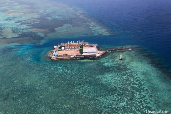 近一年来,中国在南海多个岛礁进行填海扩建工程进展迅速。有网友收集了永暑礁今年扩建进展卫星照。从图上看,进展速度非常快。现在可以说礁盘已经这成了岛。  2015年1月7日,南沙,永暑岛,水泥搅拌厂已经开工运转全力生产 港池里只有5艘挖泥船,东南角的不是挖泥船:一个是停在混装码头的经过改造的运输建筑器材的登陆舰;另外一个紧靠岸边的是浮箱码头,由于码头还没建好,只能采用浮箱码头来装卸货物。